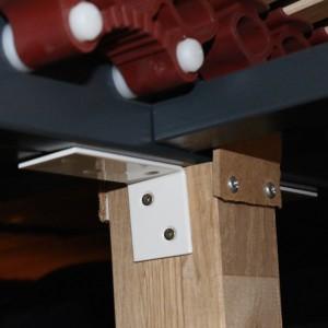 Einer von zwei Füßen mit zweiachsiger Stabilisierung gegen Umkippen, welche die Lattenroste unter dem Bett abstützen