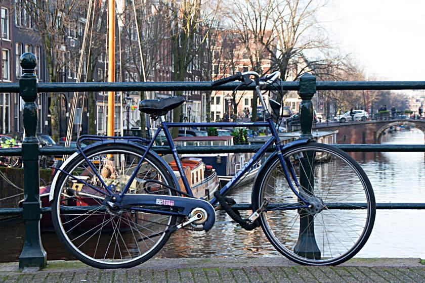 Ein Fahrrad an den Grachten von Amsterdam