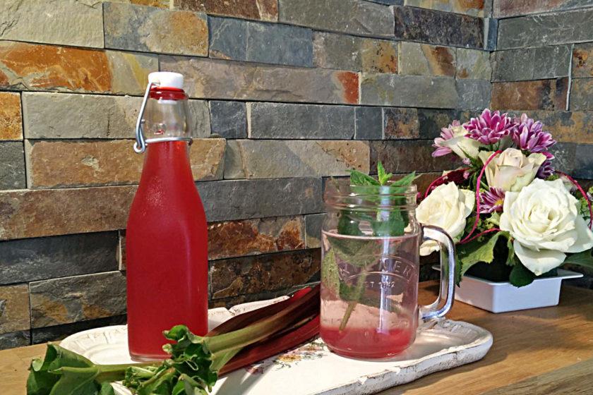Rhabarbersirup ist eine gute Basis für Rhabarberschorle. Hier findet ihr ein einfaches Rezept.